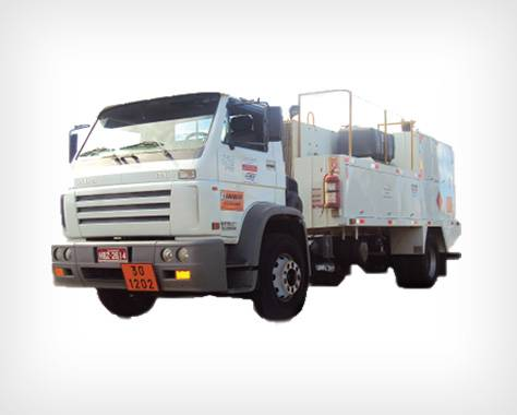 Caminhão para transporte de combustíveis e lubrificantes