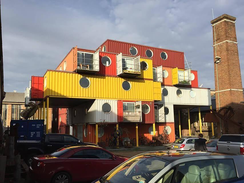 Uma pequena cidade feita de container reciclado