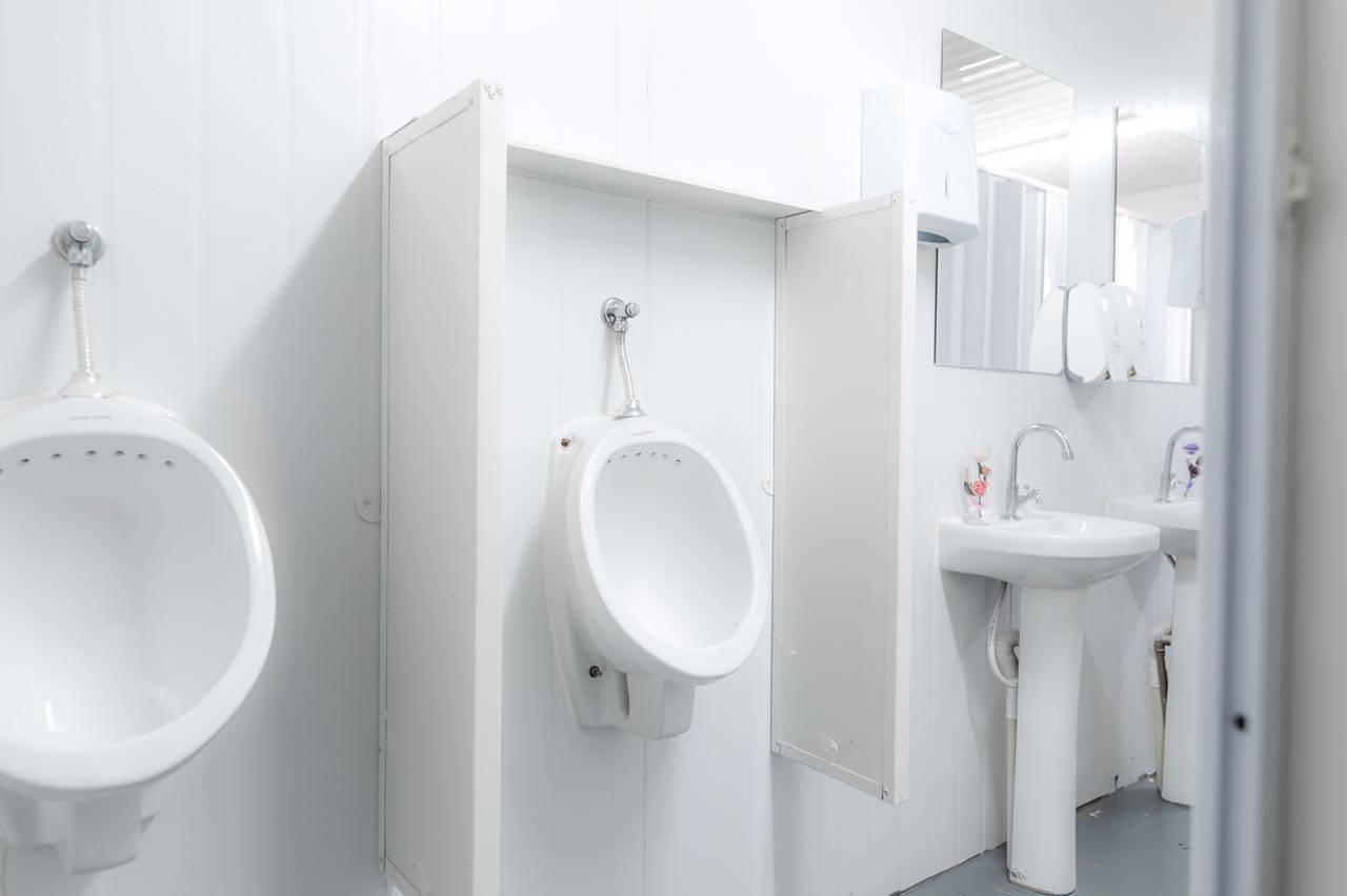 container sanitário masculino com mictórios