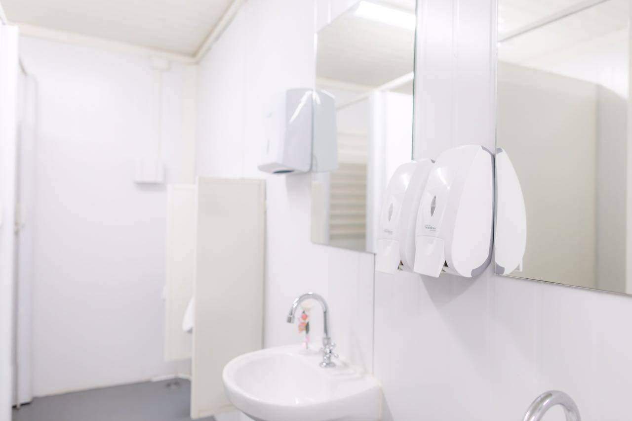 visçao interna de um container sanitário sofisticado com espelhos