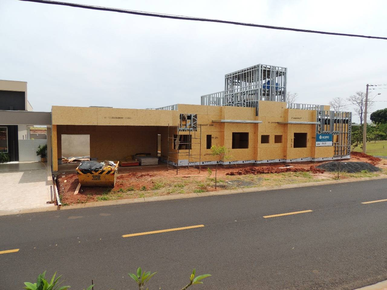 Visão externa de obra com construção em steel frame
