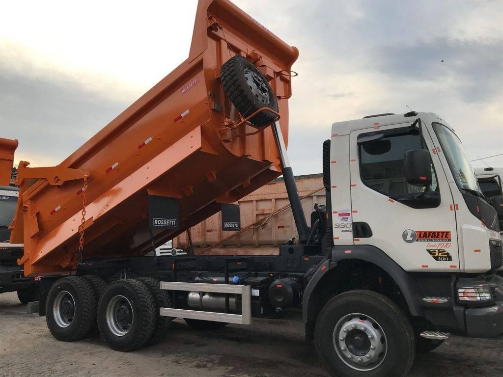visão lateral de um caminhão basculante disponível para locação na Lafaete