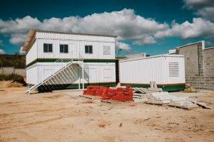 Canteiro de obra feito em container com a construção modular