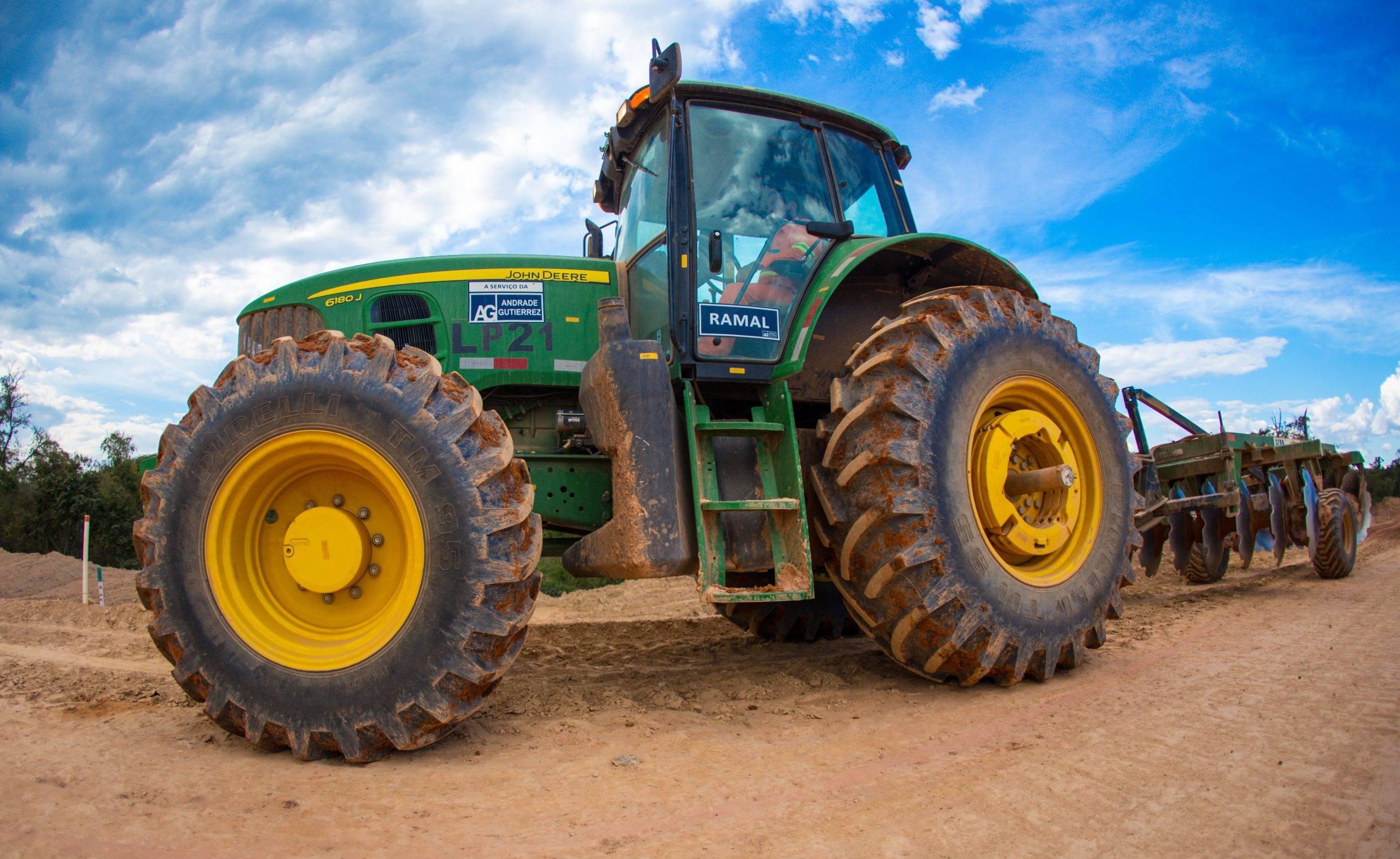 visão lateral de um trator agrícola disponível para locação com a Lafaete