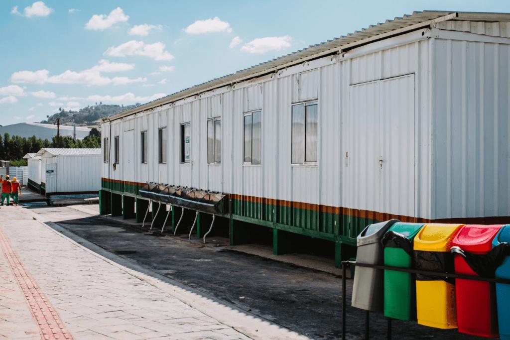 Foto de canteiro de obras feito com construção em container. Praticidade e economia.