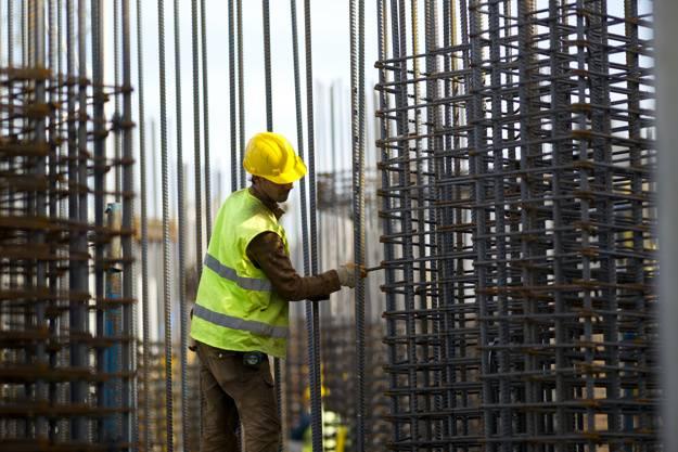 Homem trabalhando em obras ilustrando a produtividade na construção civil.