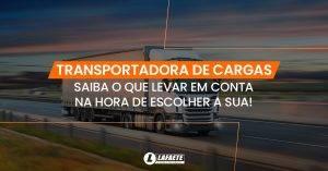 Imagem ilustrando um caminhão de uma transportadora de cargas com o texto: Transportadora de cargas. Saiba o que levar em consideração na hora de escolher a sua!