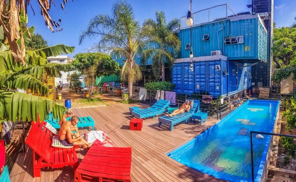 tetris hotel em container: hostel brasileiro feito em container