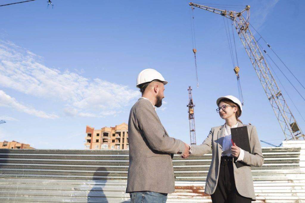Engenheiros em obra ilustram as tendências para a construção civil no Brasil em 2020