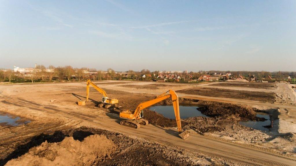 Máquinas realizando o nivelamento de terreno.