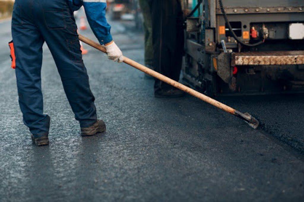 Homem fazendo pavimento rígido e flexível