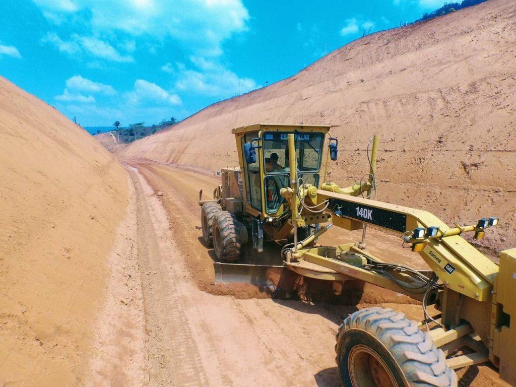 Máquina fazendo terraplanagem